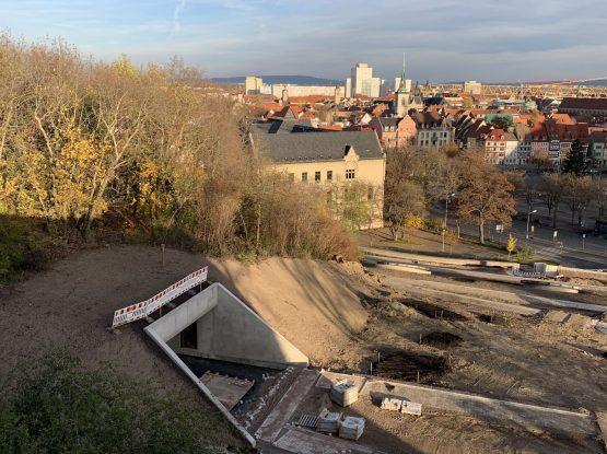 Die Noch Baustelle des Gläsernen Turms der den Aufstieg zum Erfurter Petersberg im Zuge der BUGA 2021 barrierefrei gestalten soll