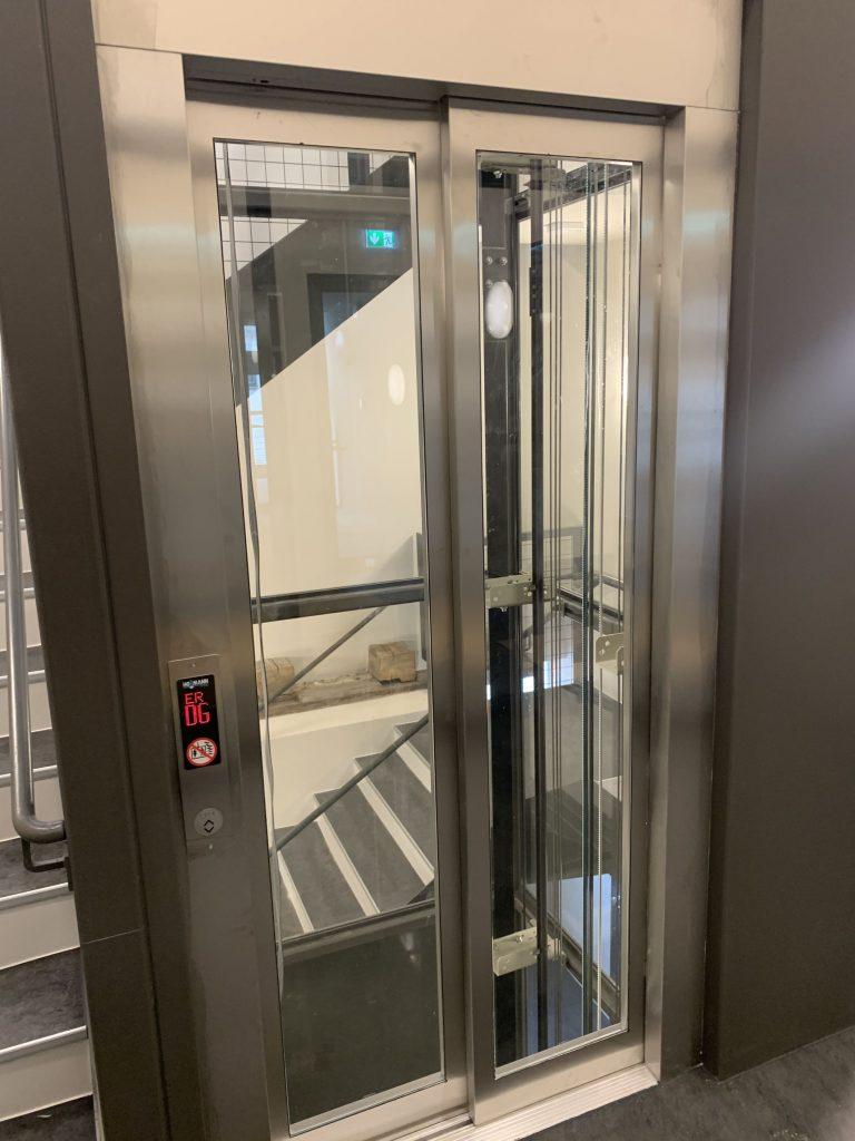 Haus 32 Große Scheue der Franckeschen Stiftungen : maschinenraumloser Aufzug 630 kg (8 Personen) im Glasschacht im neuen Treppenhaus im Gebäude