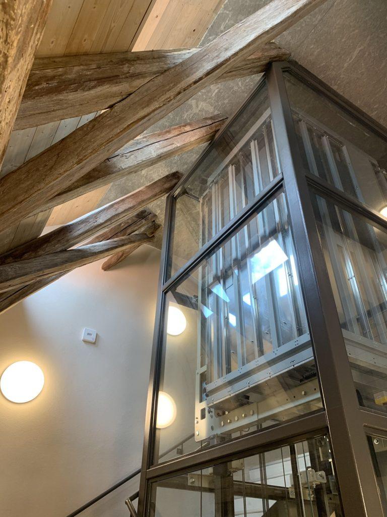 Haus 32 Große Scheue : maschinenraumloser Aufzug 630 kg (8 Personen) im Glasschacht im neuen Treppenhaus im Gebäude